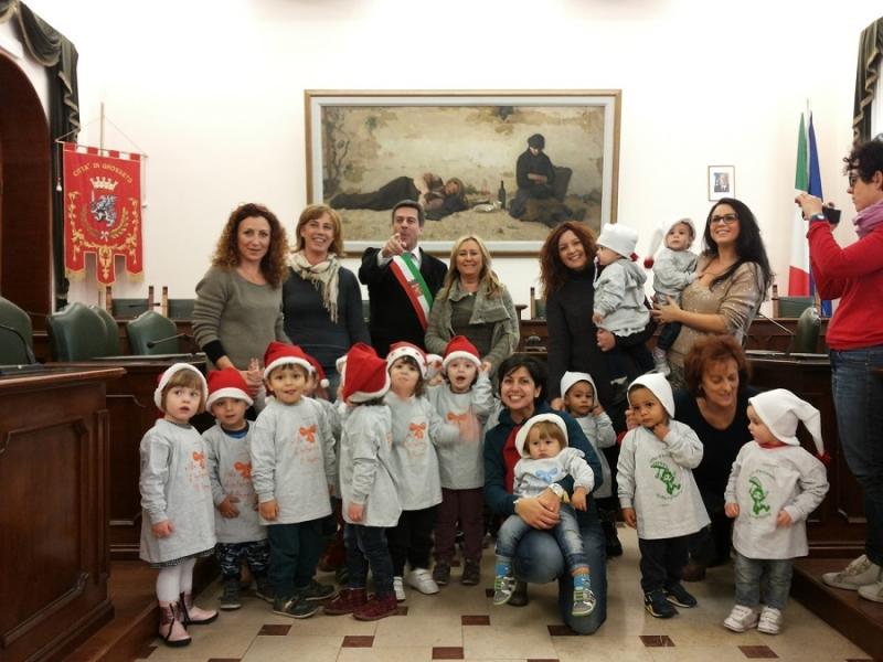 Il sindaco accoglie i bambini dell 39 asilo visita in for Siti maestre scuola infanzia